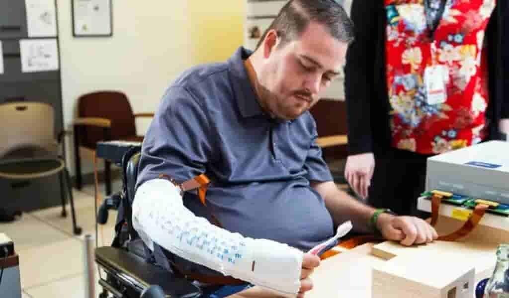 un-implant-permet-à-un-homme-de-ressentir-avec-sa-main