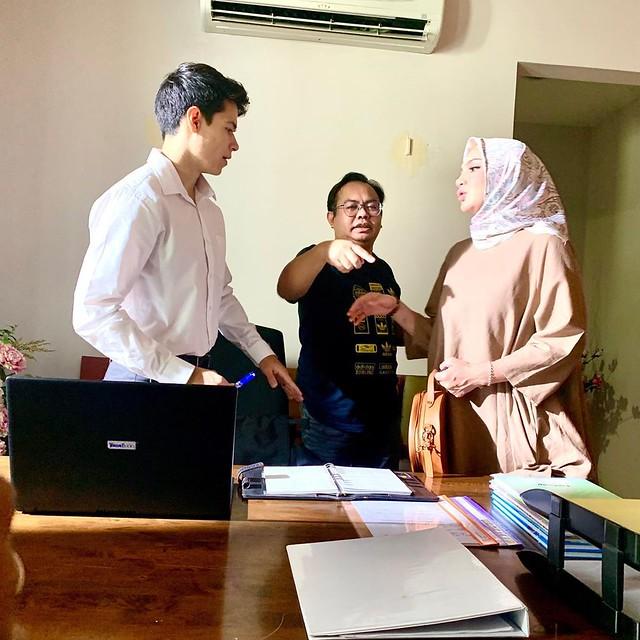 pengarah Shuhaimi Lua di lokasi bersama-sama pelakon Leon Zalika