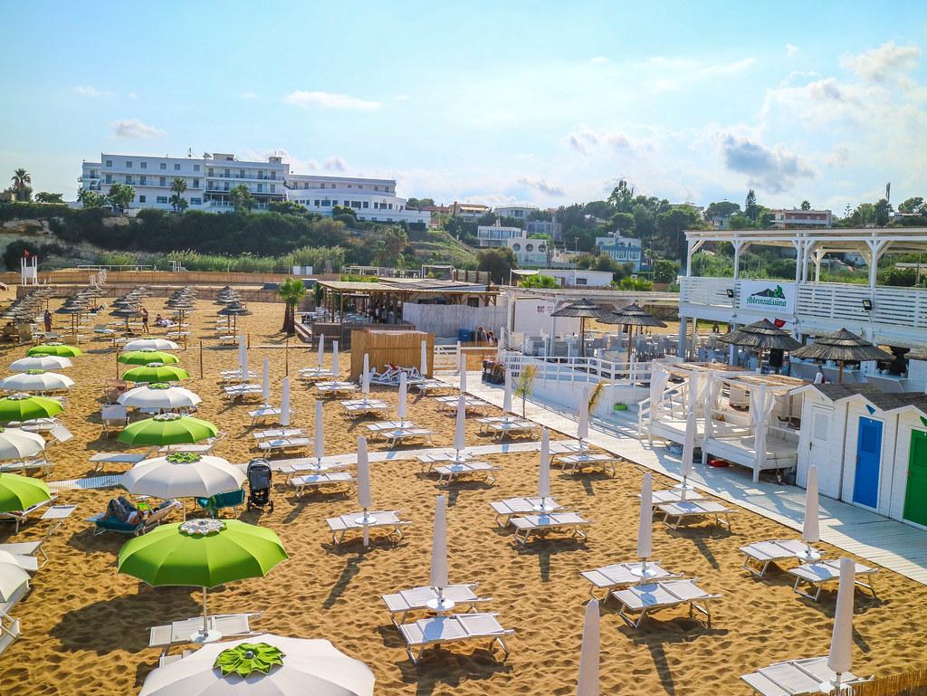 Lido de Noto en Sicilia es una playa con zona de tumbonas