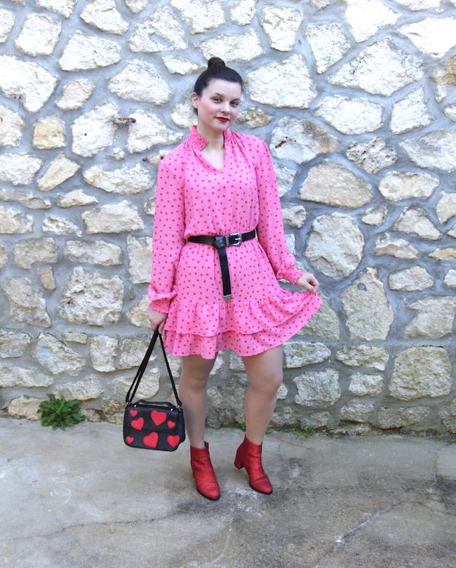 Look robe rose à cœurs rouges et bottines à paillettes