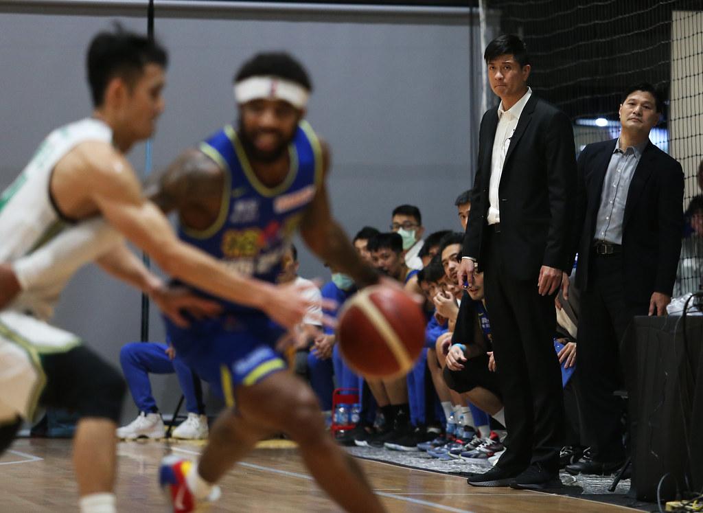 裕隆教練李啟億(右)。(籃協提供)