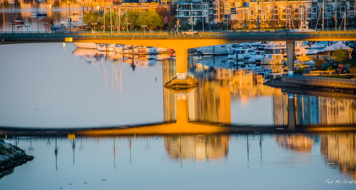 2020 bc britishcolumbia cropped nikon nikond750 nikonfx tedmcgrath tedsphotos vancouver vancouverbc vancouvercity vignetting cambiebridge cambiestreetbridge bridge reflection waterreflection water falsecreek falsecreekeast eastfalsecreek railings railing boats