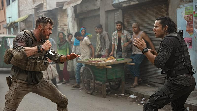 Chris Hemsworth y Randeep Hooda com Saju luchando