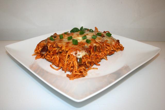 26 - Gratinated spaghetti with beans & bell pepper - Side view / Überbackene Spaghetti mit Bohnen & Paprika  - Seitenansicht