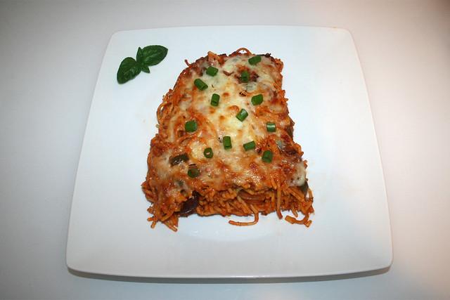 25 - Gratinated spaghetti with beans & bell pepper - Served / Überbackene Spaghetti mit Bohnen & Paprika - Serviert