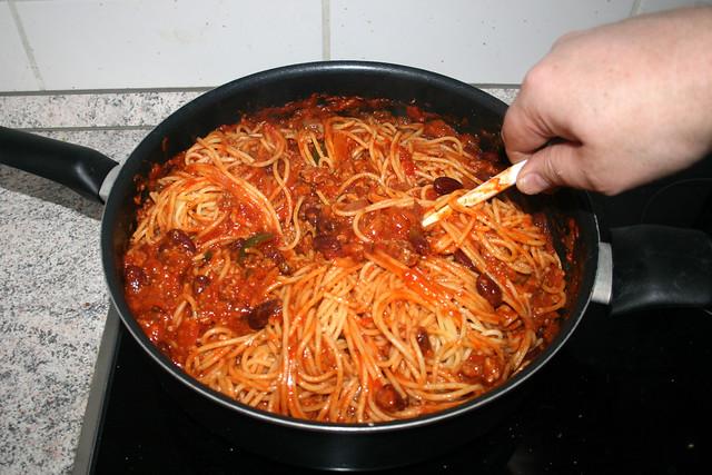 19 - Nudeln mit Sauce vermischen / Mix noodles with sauce