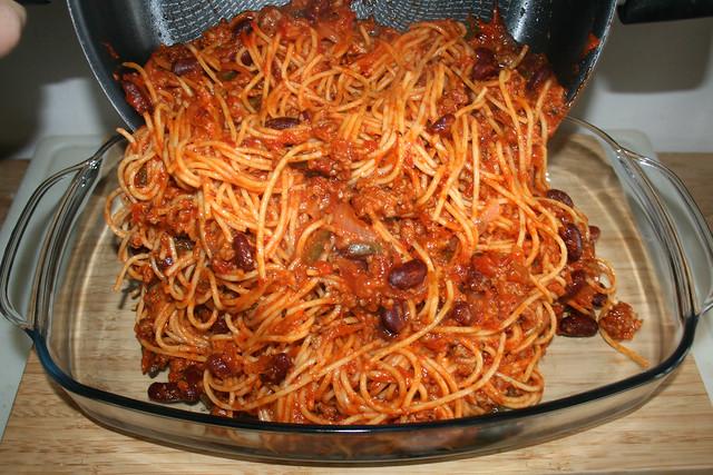 20 - Nudeln in Auflaufform geben / ut noodles in casserole