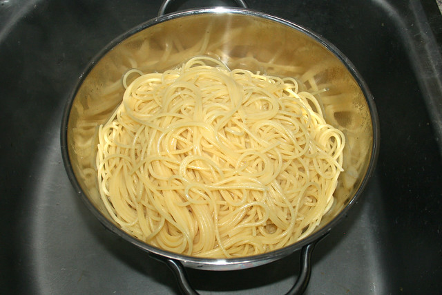 15 - Spaghetti abtropfen lassen / Drain spaghetti