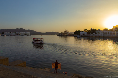 india rajasthan sunset canon water boat adobe lightroom lightroomcc canon6d eo dsrl reflex inde udaipur city ville asie asia travel voyage evening soir panorama sightseeing sight vue lac lake reflection reflexion raja maharaja palaces palais hotels rives berges soirée coucherdesoleil sun baigneur swimmer bath bain sécher serviette towell bateau sillage ambiance ambient homme man people indian