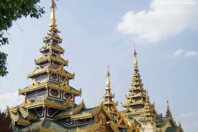 Koristeellisia rakennuksia Shwedagonin pagodilla