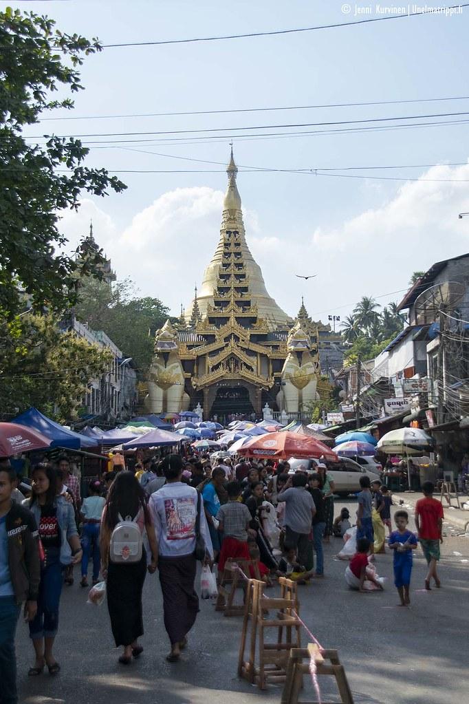 Markkinakojuja Shwedagonin pagodin edustalla itäpuolella