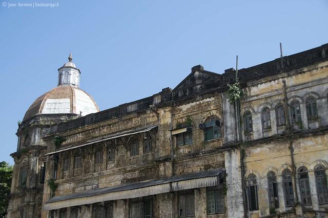 Rapistunut vanha rakennus Yangonissa