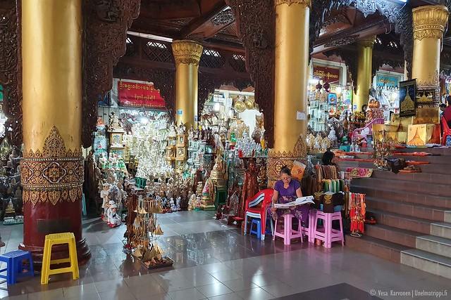 Markkinameininkiä matkalla Shwedagonin pagodille