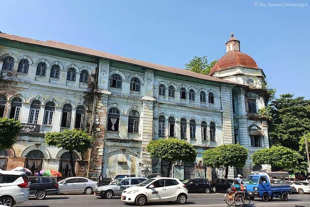 Rapistunut rakennus Yangonissa