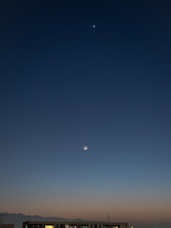 三日月と金星 (2020/4/25 19:14)
