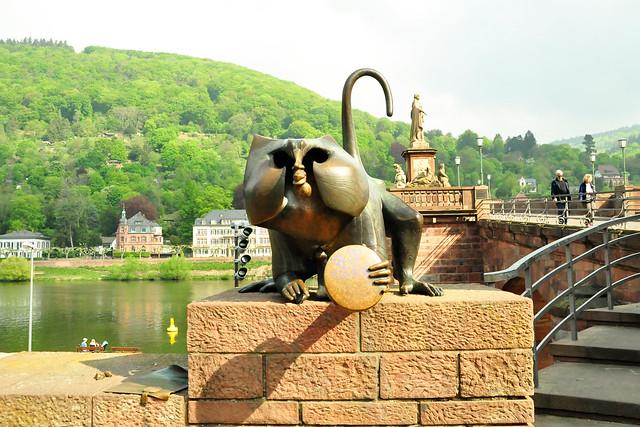 April 2020 ... Der Heidelberger Brückenaff' ... Foto: Brigitte Stolle