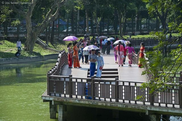 Ihmisiä Kandawgyi-järven kävelysilloilla