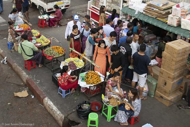 Ihmisiä ostoksilla Yangonissa