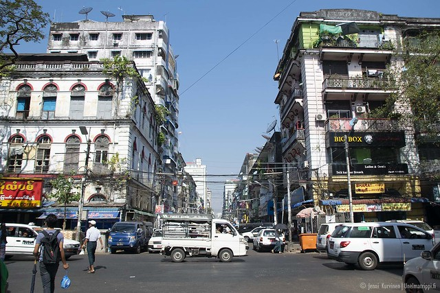 Yangonin kaduilla on vilkasta