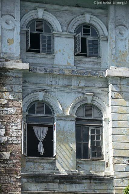 Vanhan rakennuksen ikkunoita
