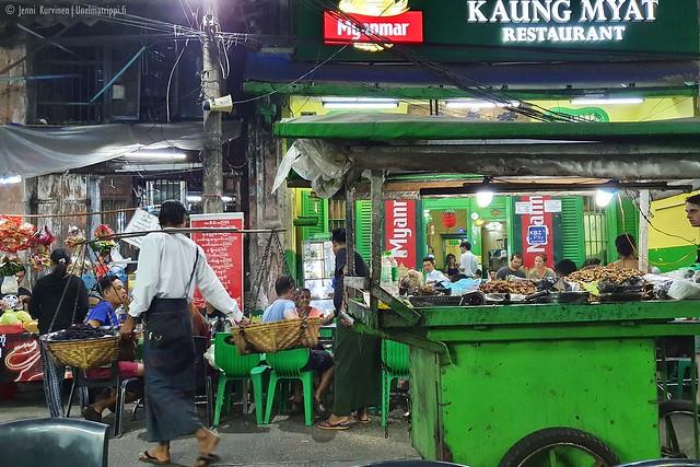 Paistetujen sirkkojen myyjä 19th Streetillä Yangonissa