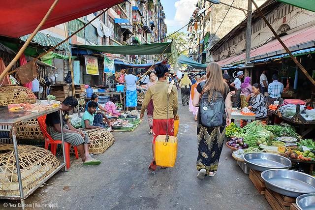 Ihmisiä markkinoilla Yangonissa