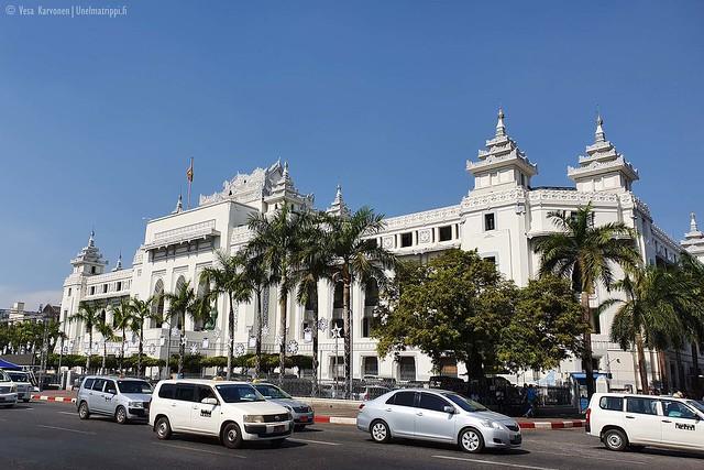 Vaalea rakennus Yangonissa