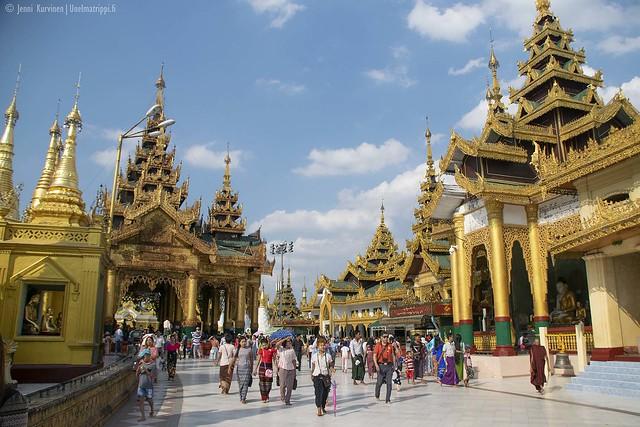 Ihmisiä Shwedagonin pagodilla Yangonissa