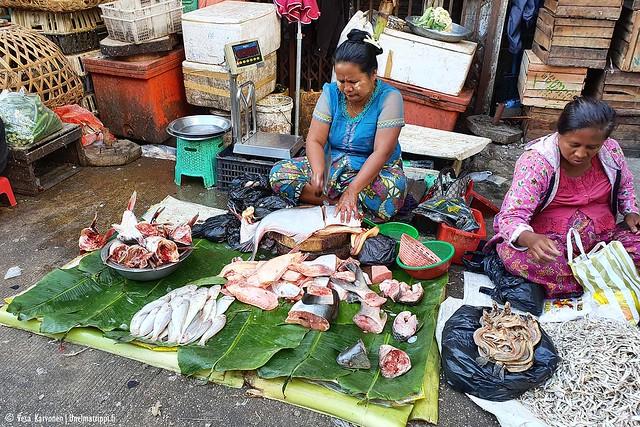 Myyjiä markkinoilla Yangonissa