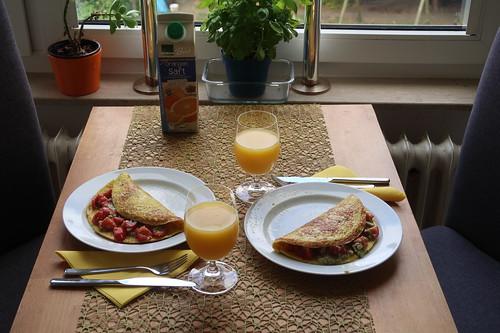 Omelett mit Tomaten-Avocado-Füllung (Tischbild)