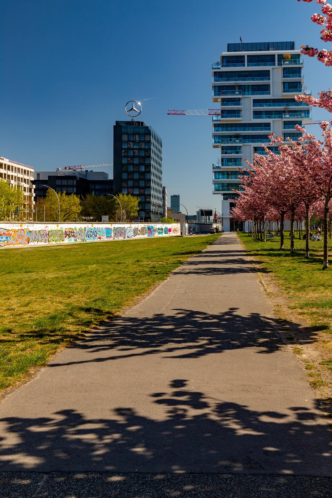 Kirschbaumallee hinter der East-Side-Gallery