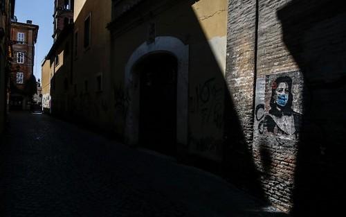 ROMA ARCHEOLOGIA e RESTAURO ARCHITETTURA. LA FESTA DELLA LIBERAZIONE:  Anna 'Mamma Roma' Magnani con la mascherina in un murales a Trastevere. SkyTg24 / ANSA (25/04/2020).