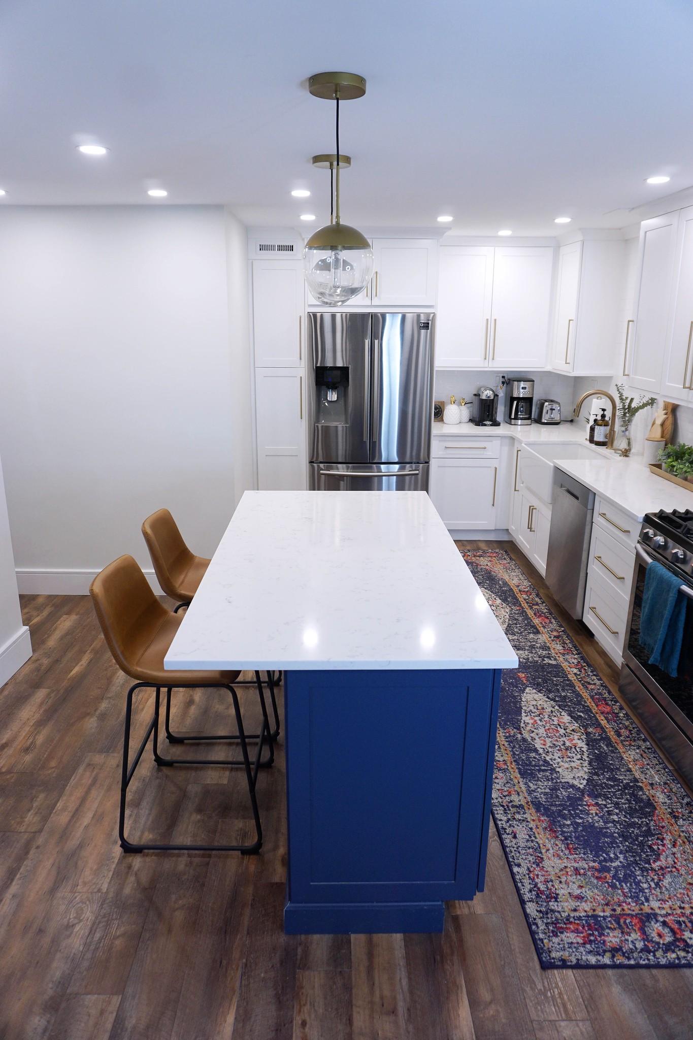 White Modern Kitchen | Shaker Cabinets | Gold Hardware | Blue Kitchen Island | Modern Kitchen Inspiration | Apartment Kitchen