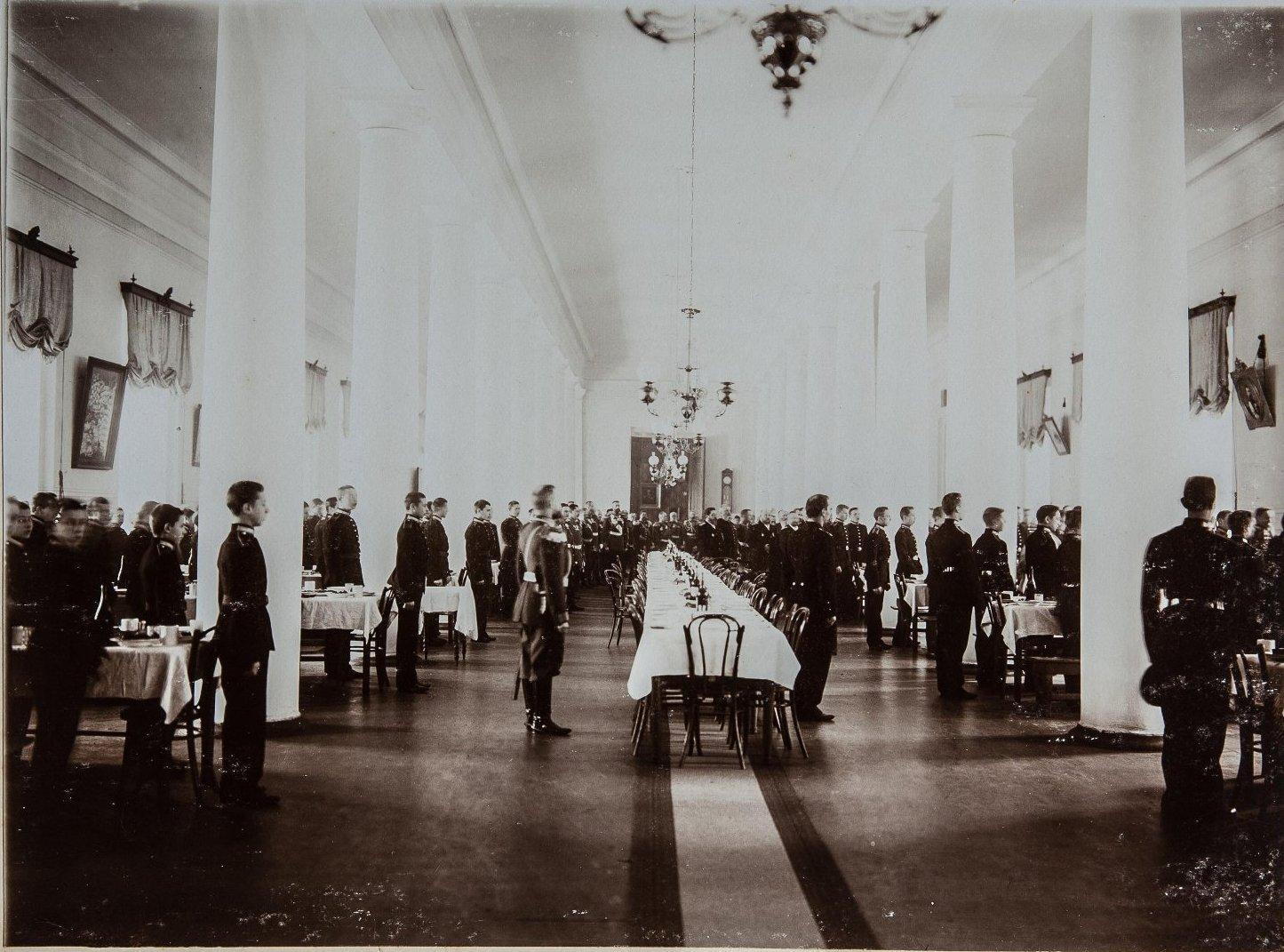 07. Учащиеся в зале с сервированными столами