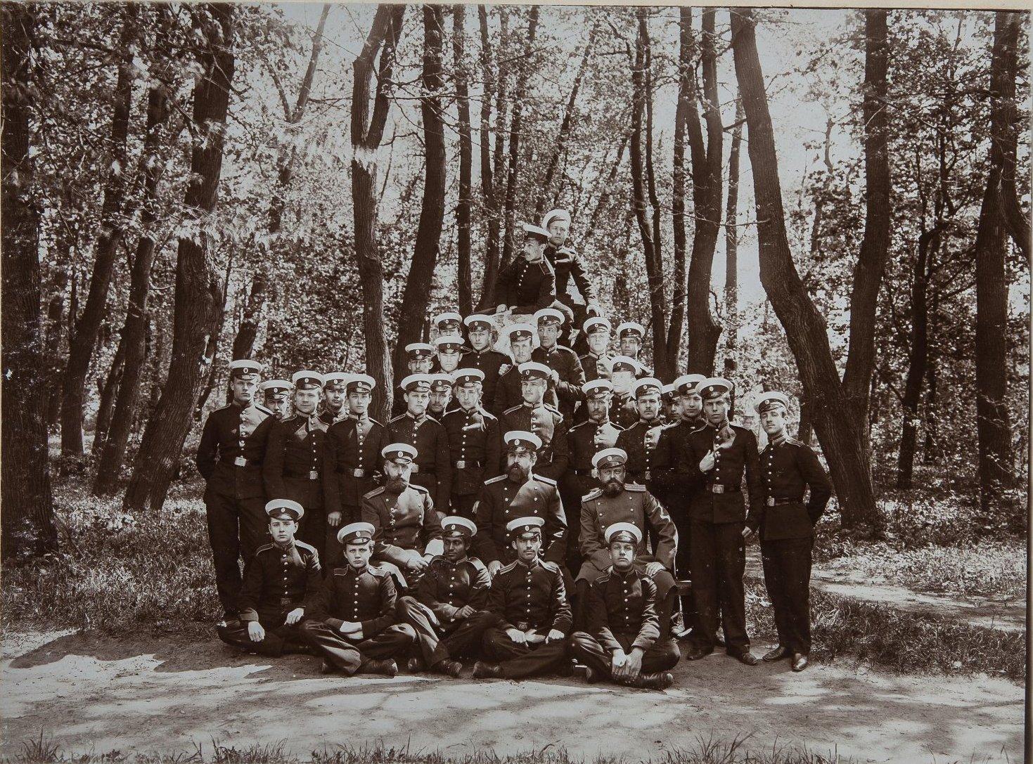 10. Группа учащихся с начальством