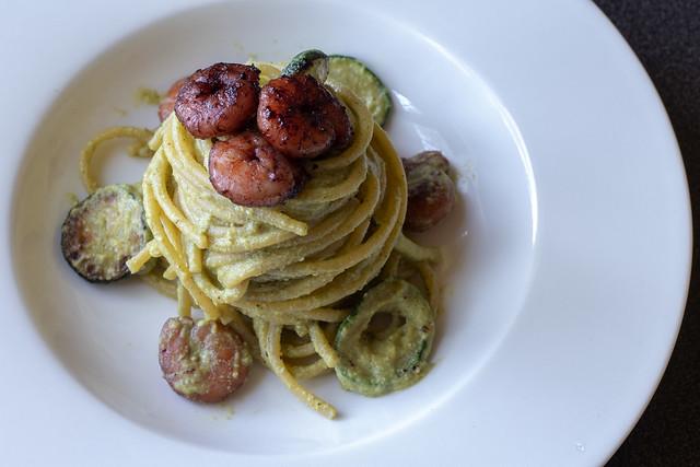 Spaghetti al pesto di zucchine all'orientale e gamberi
