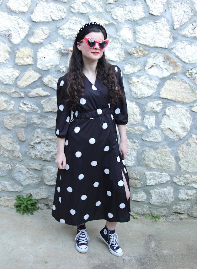 Look robe longue noire à pois et converse
