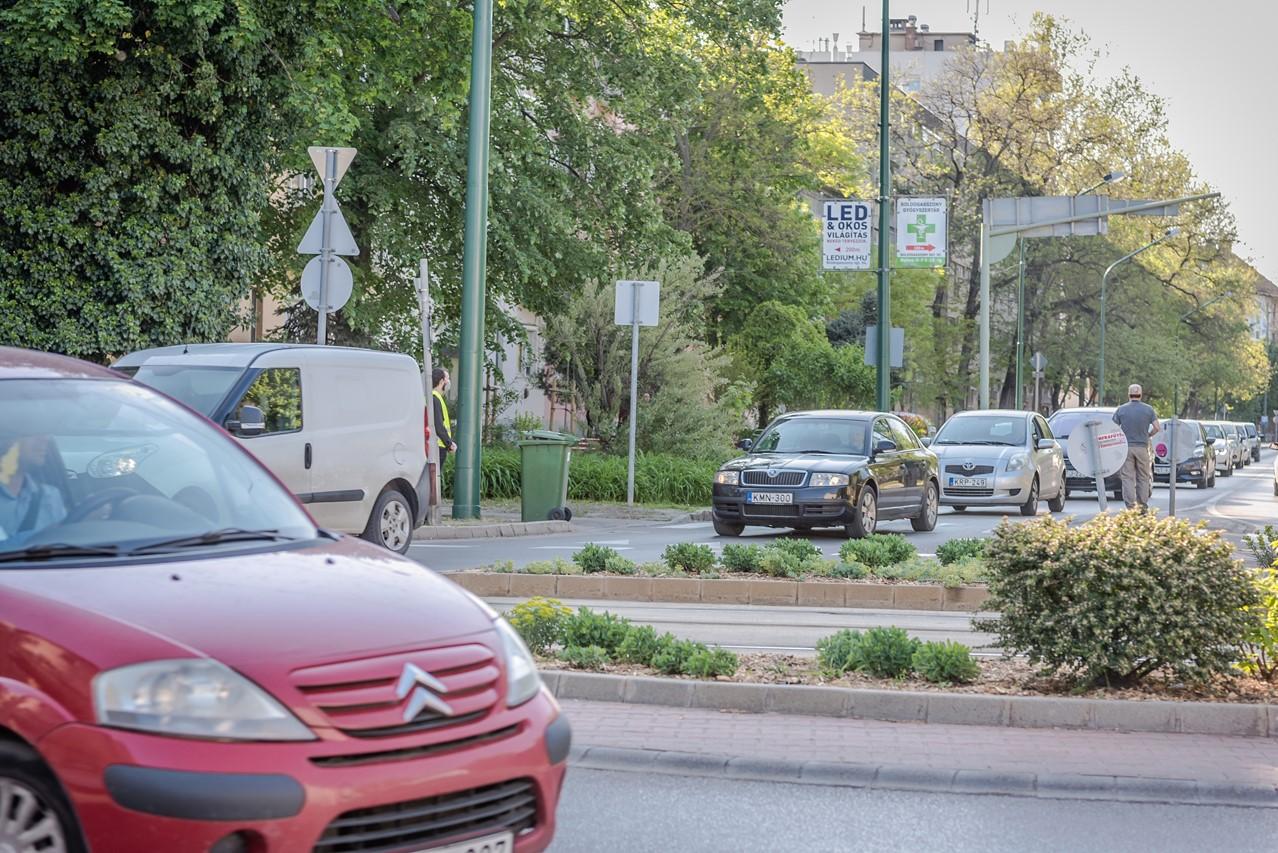 """""""Dudálj, hogy Orbán is meghallja"""" – autók és kerékpárok hangjelzésével tüntetett a Momentum Szegeden és országszerte"""
