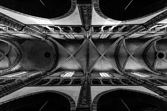 old structure b&w géométrique