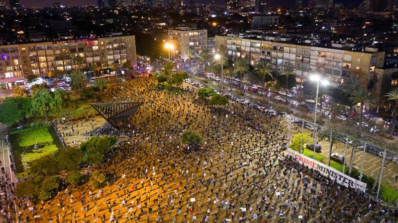 上千名示威者在以色列特拉維夫維持社交距離,抗議涉嫌貪瀆的總理納坦亞胡繼續執政。(圖片來源:Oded Balilty/AP Photo)