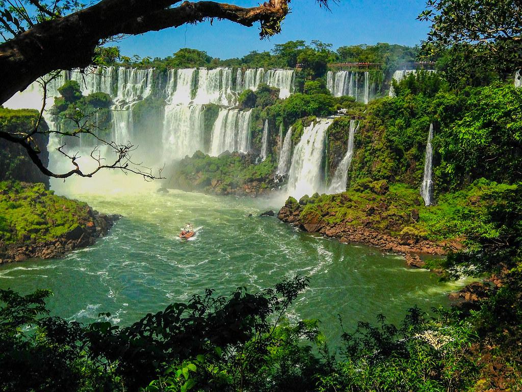 Las cataratas de Iguazu y el barco debajo