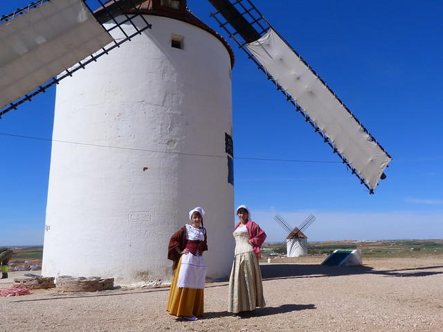Mujeres vestidas de molineras de época en los molinos de viento de Mota del Cuervo (Castilla-La Mancha)