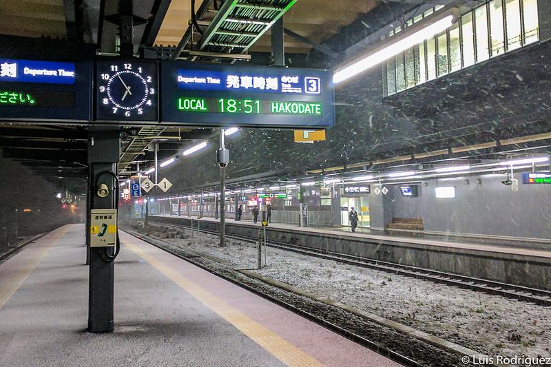 Andenes de líneas convencionales en la estación de Shin-Hakodate-Hokuto