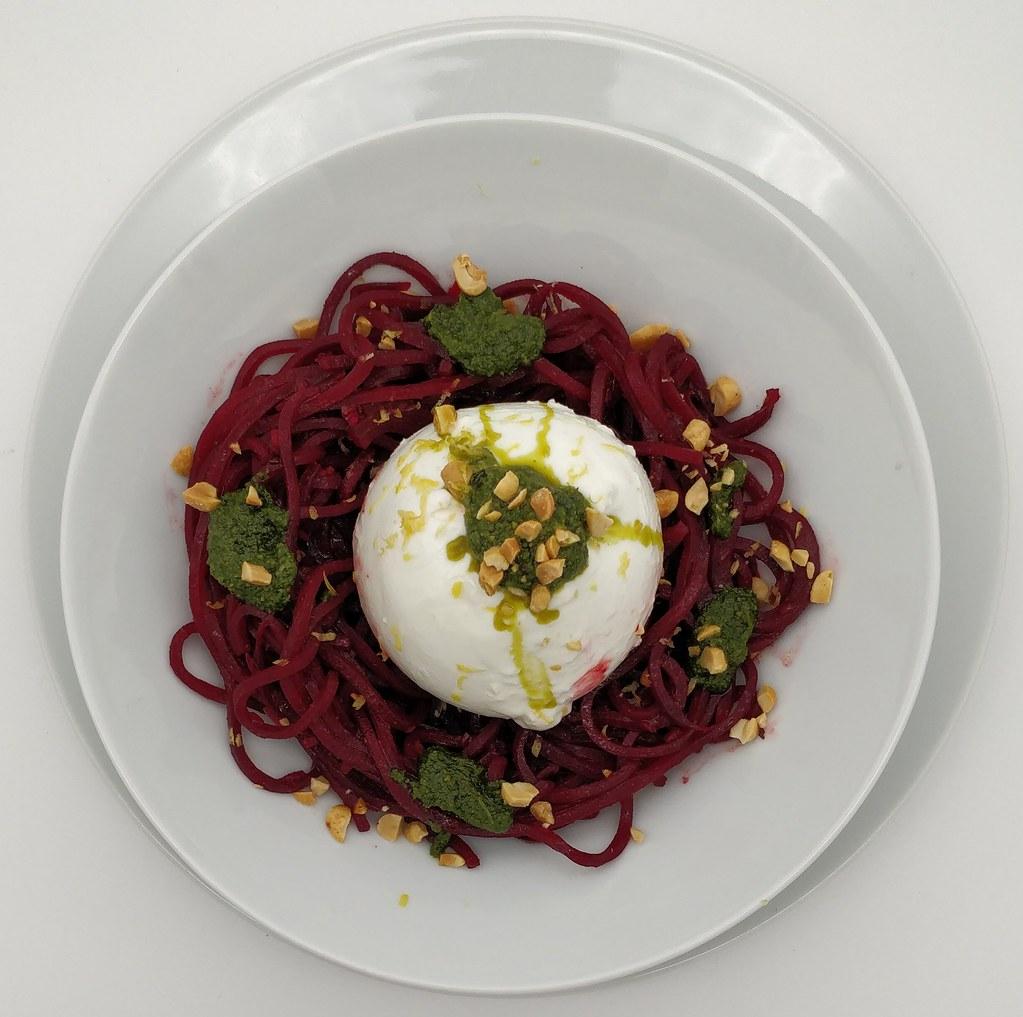 Rote-Rüben-Spaghetti mit Burrata und Bärlauchpesto