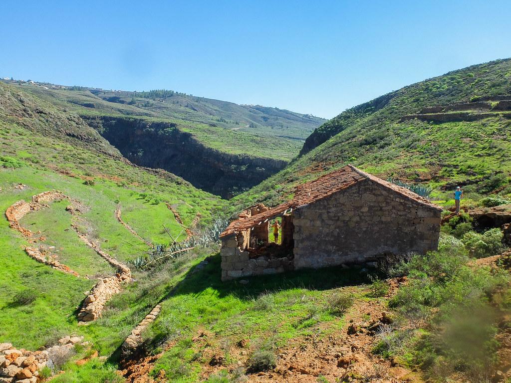 Casa abandona cerca de una era y atarjea en el sendero de Ifonche