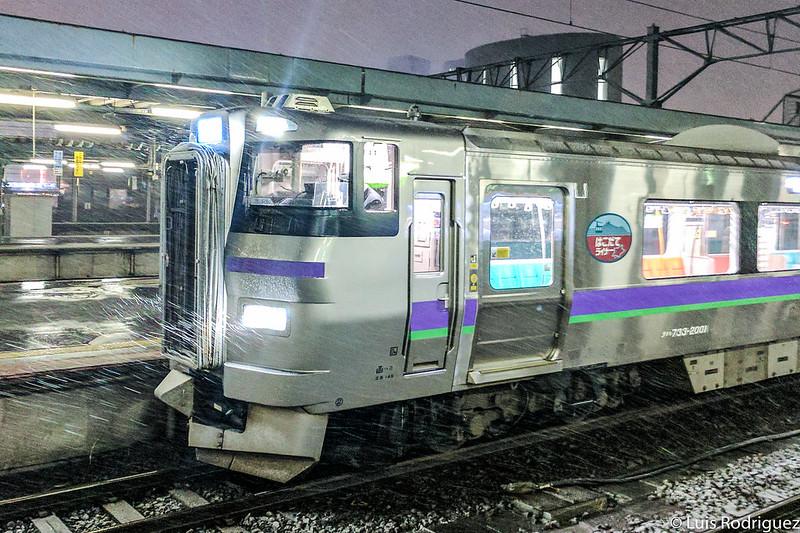 Hakodate Liner en la estación de Shin-Hakodate-Hokuto bajo la nieve