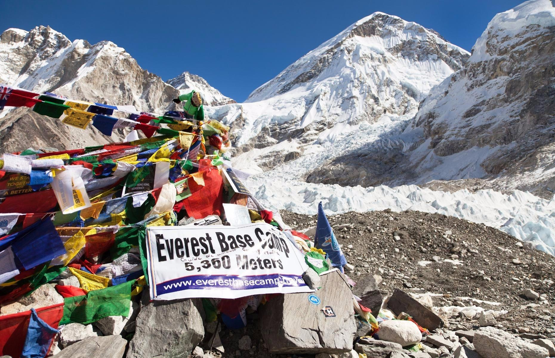 Everest Base Camp Trek - White Himalaya Trekinng in Nepal