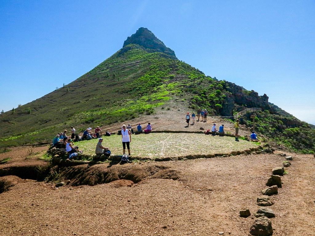 Era Suárez delante del Roque Imoque en Tenerife
