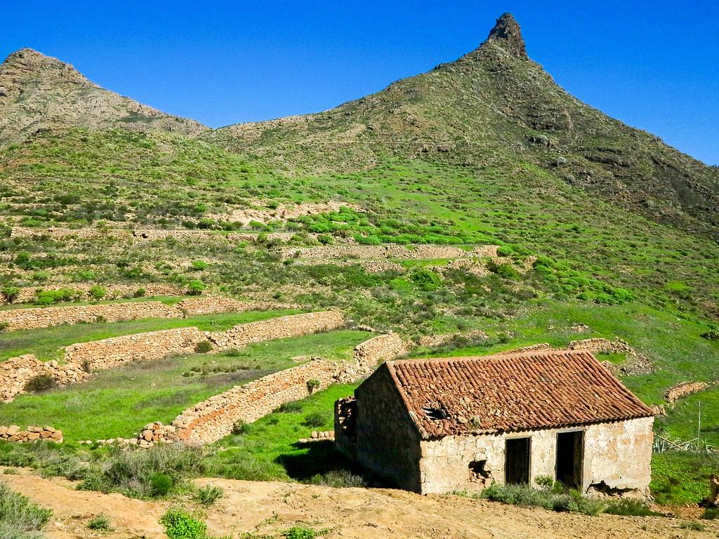 Antigua casa abandonada delante del Roque Imoque en Tenerife