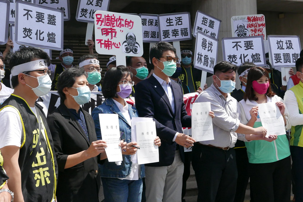跨黨派立委接下反焚化爐陳情書。鄒敏惠攝。